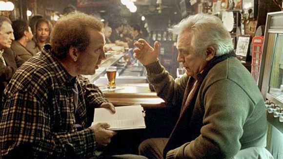 Kaufman charlando con McKee aunque parezca que es Nicolas Cage charlando con Brian Cox