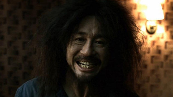 Choi-Min-sik-as-Oh-Dae-su-in-Oldboy-by-Park-Chan-wook-Korean-movie-smile-620x